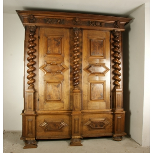 https://antyki-urbaniak.pl/1092-6810-thickbox/wardrobe-mannerism-early-17th-century.jpg