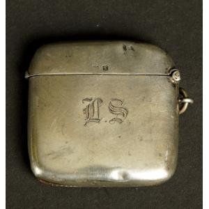 https://antyki-urbaniak.pl/3902-29415-thickbox/pojemnik-na-zapalki-srebro-anglia-birmingham-1915-r-.jpg