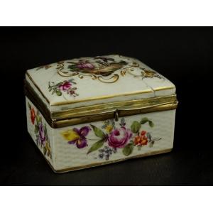https://antyki-urbaniak.pl/4082-32714-thickbox/tabakierka-porcelana-rokoko-xviii-w-.jpg
